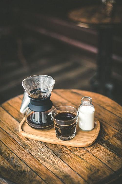 Coffegator na filtrovanou kavu servirovany na bambusovem podnosu